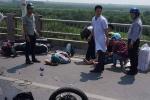 Xe hơi tông hàng loạt xe máy trên cầu Vĩnh Tuy, la liệt người bị thương