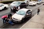 Video: Đi giày cao gót chạy qua đường, người phụ nữ bị xe đâm