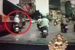 Hà Nội: Xe buýt vượt ẩu, suýt tông chết người đi xe máy