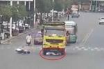Clip: Bị 'nuốt chửng' dưới gầm xe tải, người đi xe máy sống sót kỳ diệu