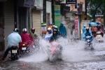 Nhiều chung cư cao cấp ở Hà Nội bị bao vây trong biển nước