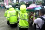 Clip CSGT đội mưa khiêng cáng đưa cụ ông đi viện gây 'bão' mạng