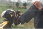 Clip: Nhóm thanh niên đầu trần, lái xe máy bằng chân, đánh võng trước đầu ôtô