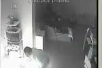 Clip: Châm lửa đốt vợ con man rợ, người gốc Việt ở Anh lĩnh 22 năm tù