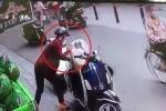 Clip: 'Nữ quái' phá khóa cốp xe Vespa, trộm đồ nhanh như cắt