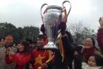 Clip: CĐV vác cúp Bạc 'khủng' ra đường đón tuyển U23 về nước
