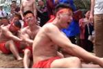 Video: Nín thở xem hàng chục trai đinh cơ bắp hò hét thi kéo co ngồi giữa lòng Hà Nội