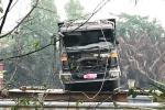 Trục vớt xe ben chở đá quá tải gấp 5 lần gây sập cầu Long Kiển