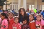 Sinh viên Ngoại Thương trao quà Tết cho học sinh nghèo Hòa Bình
