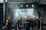 Cửa hàng hóa chất cháy rụi sau tiếng nổ