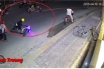 Clip: Tông vào hai cô gái, tên trộm xe máy bỏ của chạy lấy người