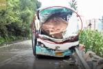 Clip: Đá rơi đè nát đầu xe khách, tài xế anh hùng cứu 37 mạng người trước khi chết