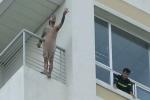 Nam thanh niên cởi quần áo, đòi nhảy từ tầng 10 bệnh viện xuống đất