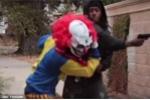 Cải trang thành chú hề kinh dị dọa người, bị nạn nhân tát cho 'lật mặt'