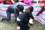 Xem nam nữ bịt mắt bắt vịt siêu hài tại lễ hội rước bông Vĩnh Phúc