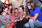 Cả gia đình nghệ sĩ Việt Hương đi từ thiện