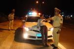 'Ma men' cố thủ trong xe hơi, chửi bới CSGT