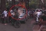 Clip: Thanh niên Tây chặn đầu, đấm vỡ kính ô tô bán tải đi ngược chiều ở Hà Nội
