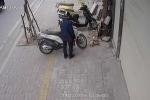 Clip: Thanh niên bảnh bao bẻ khóa, 'nhảy' xe SH chuyên nghiệp ở Hà Nội