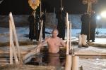 Video: Ông Putin cởi trần lội xuống hồ giữa mùa đông lạnh giá