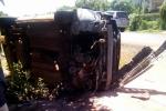 Ô tô mất lái, tông vào cổng nhà dân lật nghiêng