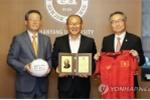 HLV Park Hang Seo về thăm trường cũ, được ghi danh bảng vàng