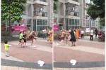 Video: Vợ và bồ nhí hợp lực đánh chồng tơi tả giữa phố