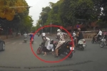Xe đạp điện vượt đèn đỏ đụng độ nữ 'ninja' lơ đễnh trên phố Hà Nội