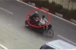 Clip: Xe phân khối lớn đâm ngã cụ bà rồi bỏ chạy trên phố Hà Nội
