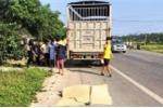 Bị xe tải đâm trực diện, vợ chết, chồng nguy kịch