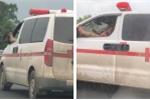 Clip: Thót tim cảnh tài xế xe cứu thương vừa lái xe, vừa gác chân nghe điện thoại