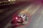Clip: Xe máy phóng như tên lửa, đâm sầm đuôi ô tô dừng chờ đèn đỏ