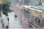 Clip: Giàn giáo đổ sập, 3 công nhân thoát chết thần kỳ