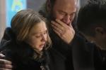 Video: Thân nhân khóc ngất, tuyệt vọng chờ tin người nhà trong vụ rơi máy bay Nga