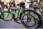 Video: Xe đạp gắn máy đời cổ trị giá bằng 3 chiếc SH trưng bày tại Hà Nội