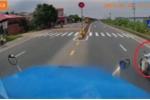 Clip: Xe máy sang đường kiểu tự sát, ép container lao sang làn ngược chiều cực nguy hiểm