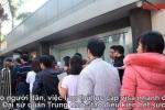 Video: Ùn ùn đến Đại sứ quán xin visa đi Trung Quốc cổ vũ U23 Việt Nam