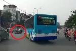 Clip: Xe buýt đột ngột quay đầu, hất văng xe máy đi bên cạnh