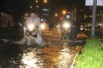Mưa như trút nước, đường phố Sài Gòn chìm trong biển nước