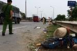 Bị ô tô tông văng xa hàng chục mét, người phụ nữ đi xe đạp điện chết thảm tại chỗ