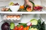 Video: Nước tiểu chuyển màu xanh sau khi ăn thực phẩm hỏng trong tủ lạnh