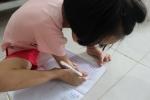 Cô bé 8 tuổi không tay, viết chữ đẹp bằng chân