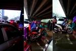 Clip: Đường vành đai 3 'tê liệt', dân đua nhau bê xe máy qua thảm cỏ để thoát tắc đường