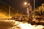 Mưa lớn, lũ quét ở Khánh Hòa: Dân trắng đêm rọi đèn pin dọc các con suối tìm nạn nhân mất tích