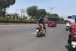 Thót tim với clip nam thanh niên đi xe máy vắt vẻo như 'lướt sóng' giữa phố