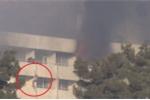 Video: Khủng bố tấn công khách sạn, con tin liều lĩnh tẩu thoát bằng ga giường