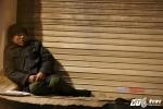 Ảnh: Người vô gia cư co ro trong đêm lạnh 'cắt da cắt thịt' ở Hà Nội