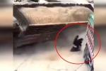 Clip: Xe tải chở cát lật nhào, 2 người đi xe máy thoát chết kỳ diệu