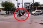 Xe máy lọt hố, bị 'nuốt chửng' khi băng qua đường ngập