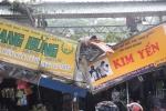 Cành cây rơi đè bẹp 2 cửa hàng tại Sài Gòn